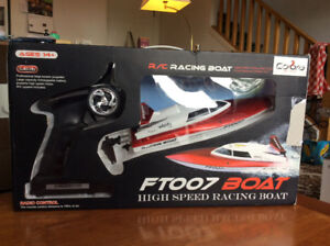 BNIB: RED RC RACING BOAT | Omnidirectional, 2.4ghz Wireless Remo