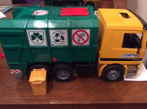 Bruder Garbage Truck Recycling Truck Green and Yellow Germany