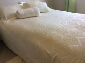 Beautiful cream colour king size duvet & matching cushions