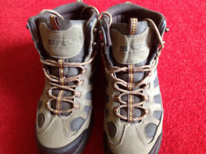 Rugged Outback ankle height men's hiking boots size 9