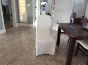 2 belles chaises en simili cuir blanches