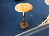 1 petite table ronde antique