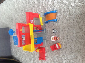 Jouet caserne pompier little people Fisher price