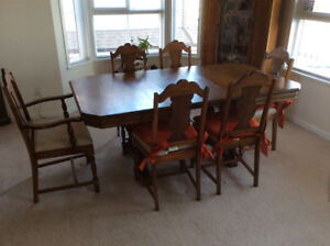 Antique dinning table and chairs. Good condition, over 90 yrs.