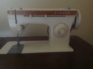 SINGER SEWING MACHINE WITH HIDEAWAY TABLE