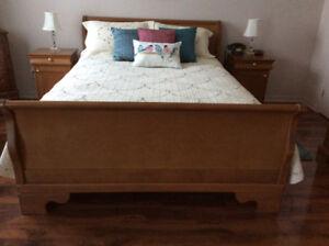 Mobilier de chambre à coucher avec lit queen