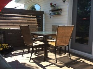 Table,4 chaises,patio,exterieur.