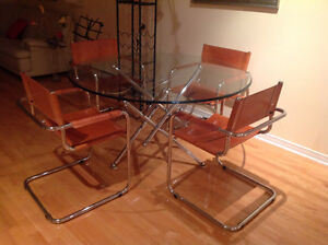 Table par designer Theodore Waddell et chaises cuir chrome