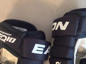 Barely used hockey equipment in size M youth Edmonton Edmonton Area image 7