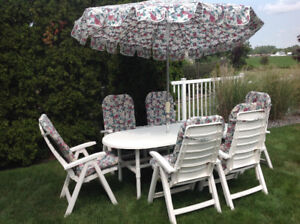 STURDY WHITE UMBRELLA TABLE WITH 6 LRG CHAIRS*