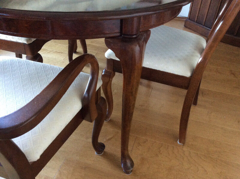 Description Cherry Oval Dining Table