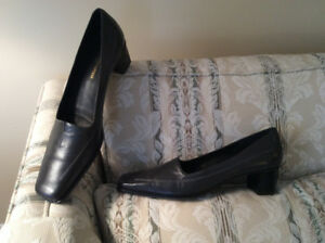 Size 12 4A - Dark grey dressy pump - Never worn
