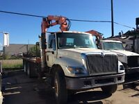 2002 IHC Model 7500 T/A deck truck with picker