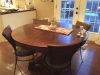 Table ronde, tables salon, banquette-lit