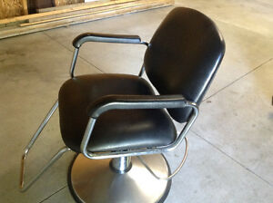 Black hydraulic chair, in good working condition