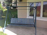 Ensemble de chaises et balançoire d'extérieur