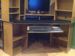 Bureau de travail et ordinateur.