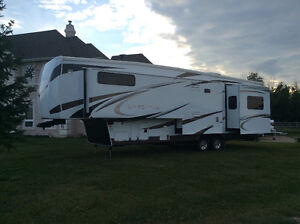 REDUCED TO SELL. Lifestyle Luxury 5th Wheel Travel Trailer