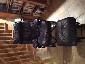 fauteuil berçant rotatif, cuir noir, avec pouf