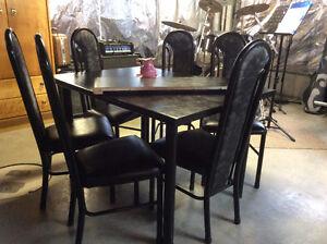 Set de cuisine très propre avec rallonge et 6 chaises