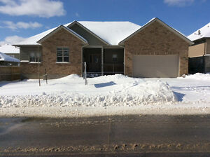 *** COUNTRY WIDE BUNGALOW IN THE CITY !!!