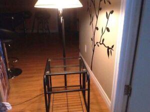 Table en métal noire avec dessus en verre avec lampe