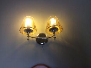 Luminaire mural.  globes en verre travaillé.