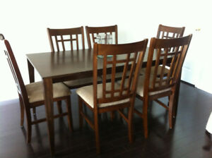 Wooden Dining Room Table & 6 Chairs - Solid Wood. Like New