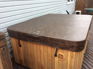 Hot tub for sale - like new -