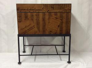 Jolie table d'appoint, pouvant servir de coffre de rangement