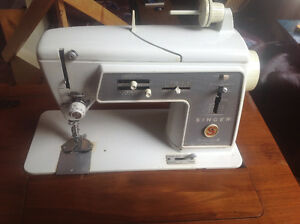 Singer Sewing Machine & Table Model 600e