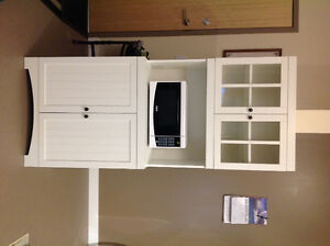 Kitchen cabinet with microwave
