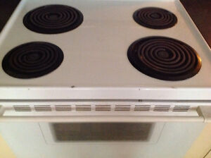 """White MOFFAT 30"""" electic stove/oven works perfectly Kingston Kingston Area image 2"""