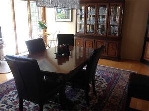 Beautiful dining room set.Super ensemble salle à dîner. MOVING!!