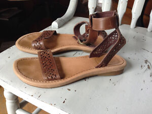 Ugg womens/girls leather sandals like new youth 5 fit womens 6/7