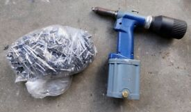 Pneumatic rivet gun