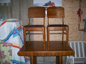 Table massive art déco et chaises. Saguenay Saguenay-Lac-Saint-Jean image 2