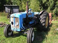 Tracteur,fendeuse,moulin à scie,trailer dompeur,charrue à vendre