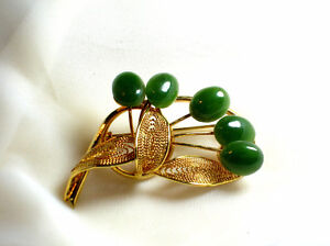 Vintage Gold Tone gold filigree circle brooch with greenstone