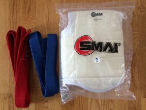 Plastron de karaté (chest guard) et ceintures rouge et bleue