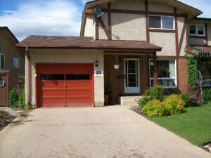 Lovely 3 bedroom main floor and upstairs house duplex Grayling
