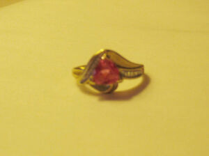 Pink topaz gold ring with side decoration