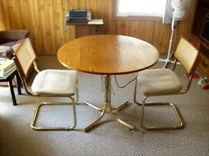 "36"" Round Table with 2 chairs"