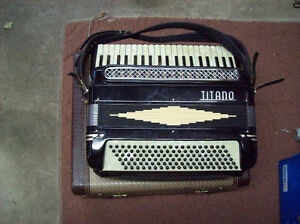 TITANO ACCORDION IN CASE