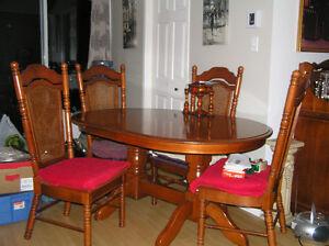 Table avec deux rallonges & 4 chaises