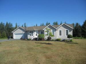 Grand bungalow 28' x 50' sur 3.7 acres de terre aménagé.