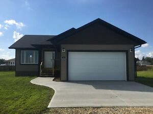 Brand new bungalow at the edge of town, 20 min to Camrose