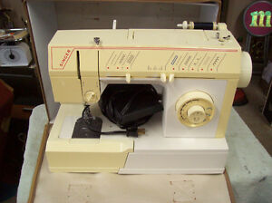 SINGER ZIG ZAG PORTABLE SEWING MACHINE