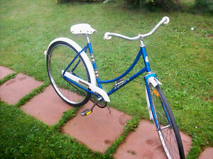 WOMAN'S VINTAGE OLD SCHOOL28 INCH GLIDER SINGLE SPEED AS IS