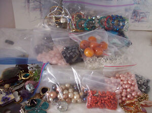 LARGE LOT OF VINTAGE BEADS, PENDANTS, STONES FOR CRAFT/JEWELERY